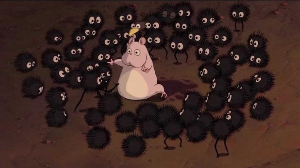 """Un fotogramma tratto da """"Il mio vicino Totoro"""" dove compaiono i susuwatari, degli spiritelli presenti anche in """"La città incantata"""""""
